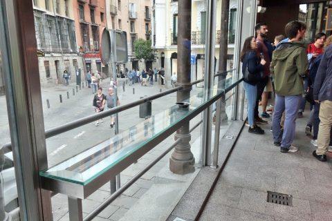 サンミゲル市場のガラスのカウンター席
