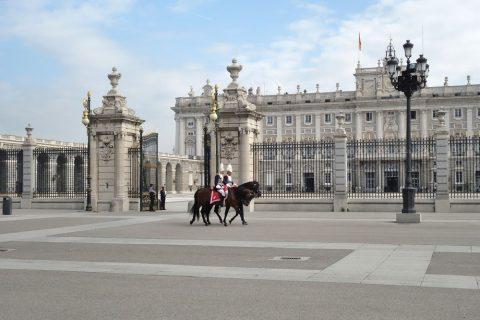 マドリード王宮の兵士と馬