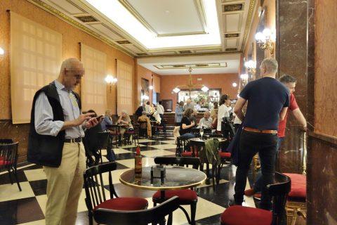 Barの椅子とテーブル/サルスエラ国立劇場