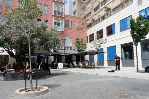 lateral店舗と広場