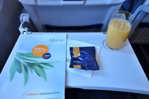 lufthansa-businessclass/オレンジジュースとおつまみ