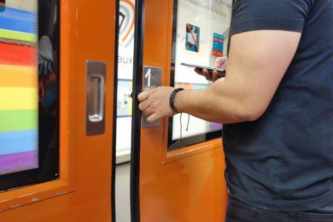 madrid-metro/ドアのレバー