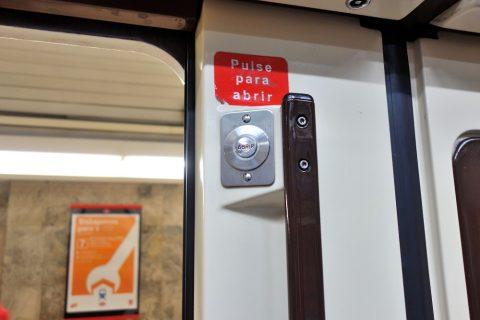 madrid-metro/ドア横のボタン