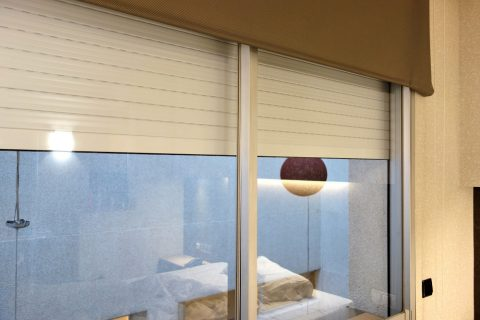 apart-hotel-silver/窓のブラインド
