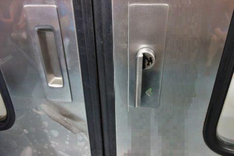 barcelona-metro/ドアのレバー