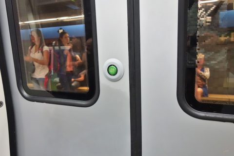 barcelona-metro/ドアのボタン