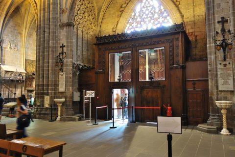 バルセロナ大聖堂の正面エントランス