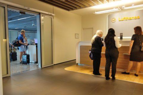 frankfurt-airport-lufthansa-business-lounge/レセプション