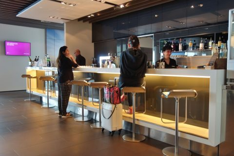 frankfurt-airport-lufthansa-business-lounge/Barカウンター