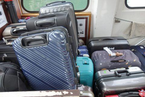 hallstatt-access/舟にスーツケース