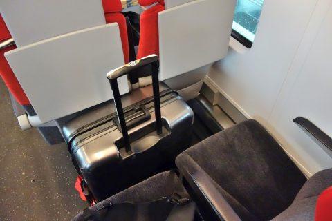 REX/座席の間にスーツケース