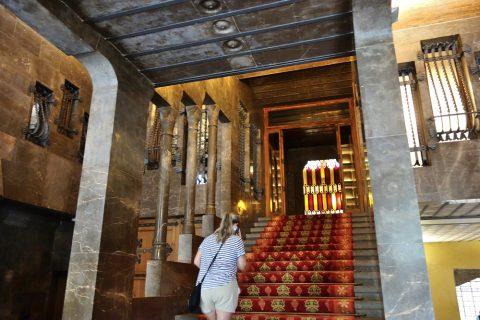 グエル邸/エントランスの階段