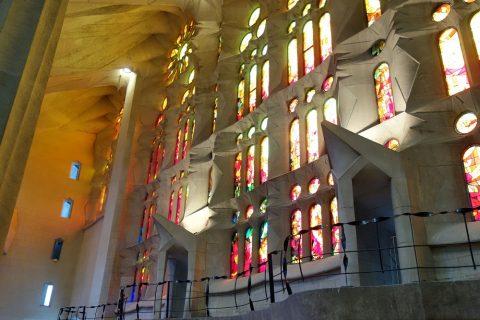 sagrada-familia/教会内を照らすステンドグラスの光