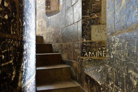sagrada-familia/落書きのある階段