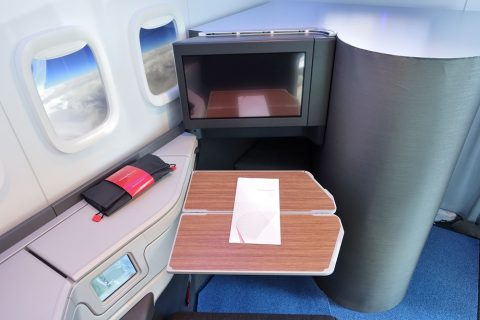 american-airlines-businessclass-seat/テーブル