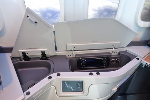 american-airlines-businessclass-seat/サイドテーブルの収納
