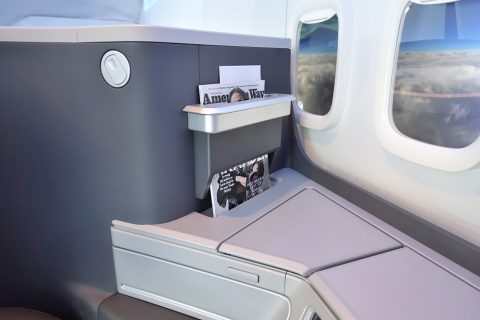 american-airlines-businessclass-seat/サイドテーブル