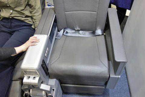 アメリカン航空プレミアムエコノミーの座席幅
