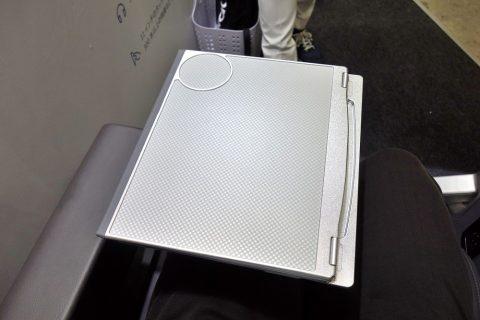 アメリカン航空プレミアムエコノミー/テーブルの2つ折り