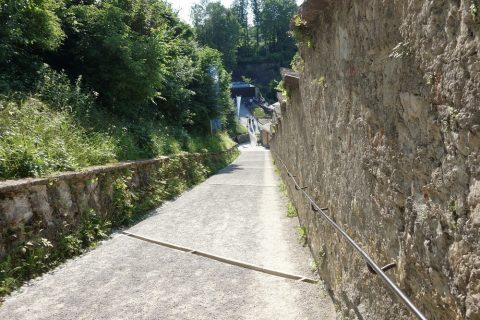 ザルツブルク城徒歩アクセスの坂道