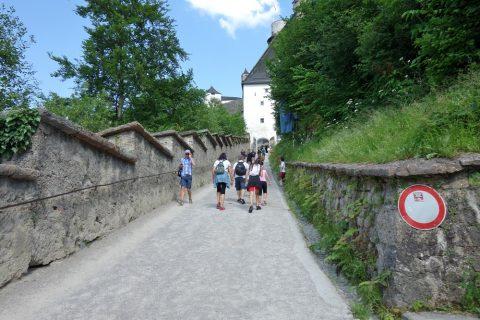 ザルツブルク城への急坂