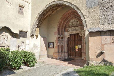 ノンベルク修道院の教会の入口