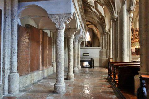 ノンベルク修道院教会の側廊