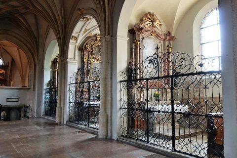 ノンベルク修道院教会側廊の祭壇