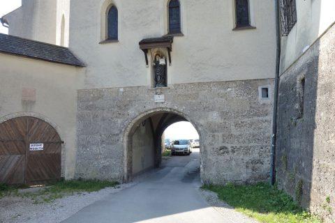 ノンベルク修道院前のトンネル