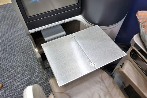 シンガポール航空ビジネスクラス/テーブル大