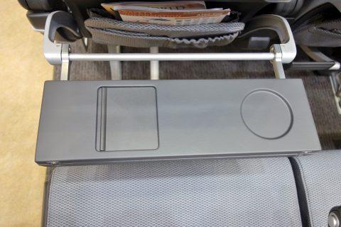 シンガポール航空エコノミークラス/テーブルの折りたたみ