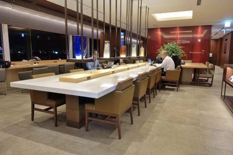 福岡空港ダイヤモンドプレミアラウンジ/カウンター席