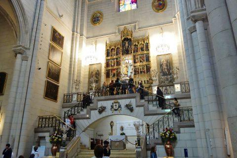 アルムデナ大聖堂の祭壇の階段