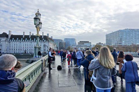 ウェストミンスター橋の観光客