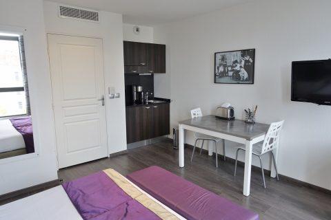 Lagrange-Apart-HOTEL-Lyon/キッチンとテーブル