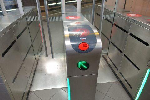 リヨンメトロの改札口