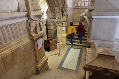 notre-dame-de-fourviere-lyon/地下への階段