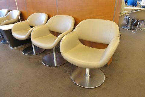geneva-airport-lounge/サイドテーブルが無い椅子