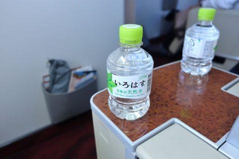jal-firstclass-domestic-drinks/水ペットボトル