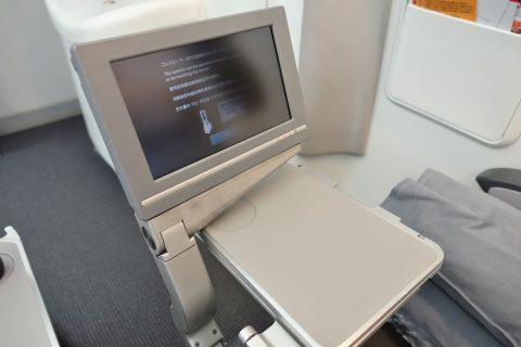 JAL非常口座席のモニターとテーブル