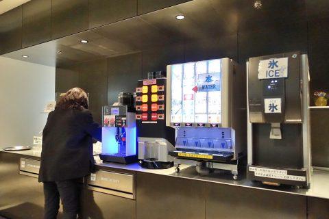 naha-airport-lounge-hana/コーヒーマシンとドリンクサーバー