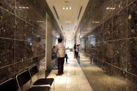 naha-airport-lounge-hana/廊下