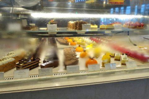 cafe-bateel-dubai-mall/ケーキのショーケース