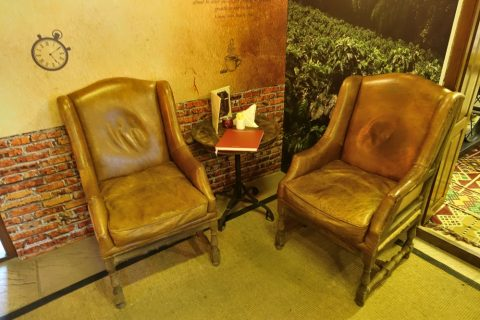 coffee-museum-dubai/カフェの椅子