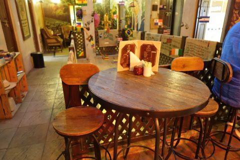 coffee-museum-dubai/カフェのテーブル席