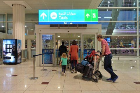 ドバイ空港タクシー乗り場への出口