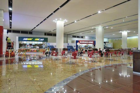 ドバイ国際空港ファーストフード店