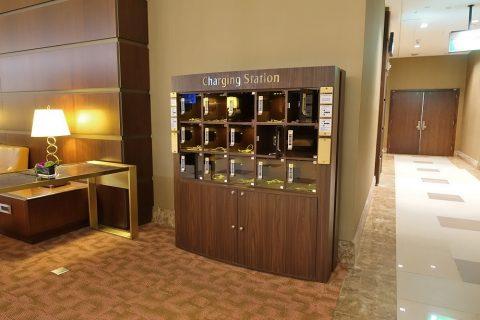 dubai-firstclass-lounge-A/スマホの充電スタンド