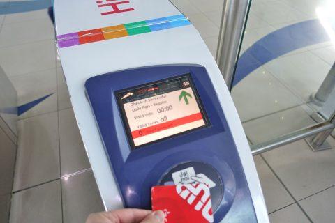 dubai-metro/改札口のモニター