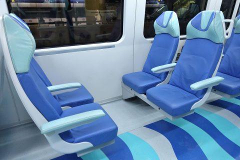 dubai-metro/ゴールドクラスの向かい合わせの席